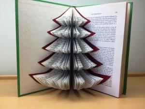 albero-di-natale-con-vecchio-libro